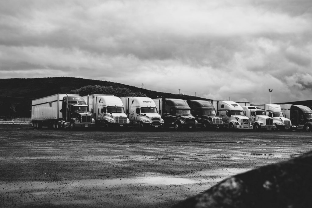 Geparkeerde vrachtwagens